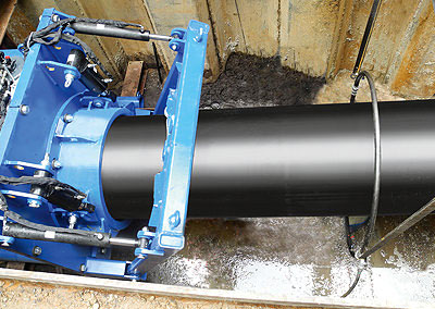 Beim Reduktionsverfahren wird ein Kunststoffrohr so in die Länge gezogen, dass sich sein Durchmesser verkleinert.